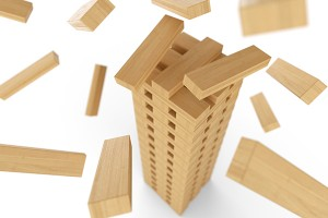 Holzturm aus Bauklötzen in Bewegung 3 - © Fotolia